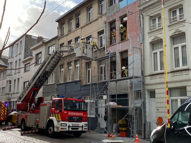 De straat is volledig afgesloten zodat de brandweer de stelling veilig kon afbreken.
