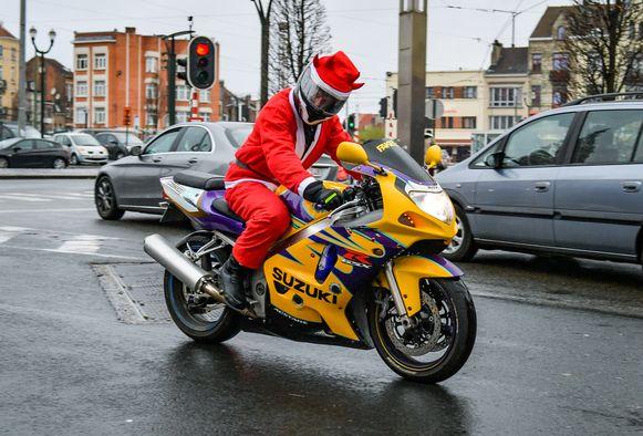 Kerstmannen op de motorfiets.