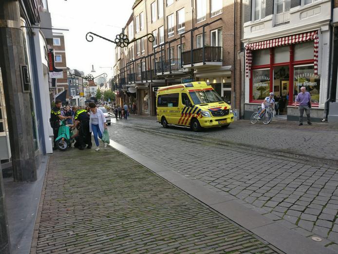 Op de Stikke Hezelstraat in Nijmegen werd maandagmiddag een 4-jarig meisje aangereden.