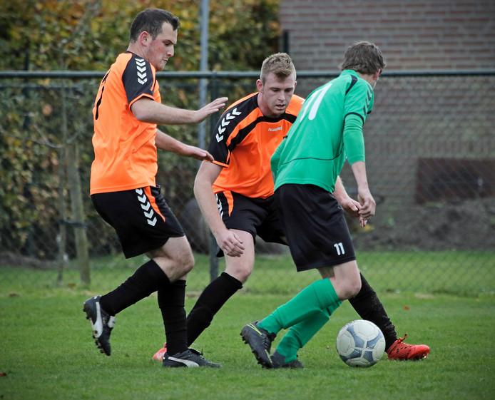 Ruwaard-spelers Hakan Gür (links) en Brian Heurkens (midden) houden Rick Reijs van OKSV in de gaten.