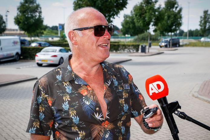 Rene van der Gijp arriveert bij het overleg over de toekomst van het televisieprogramma Veronica Inside.