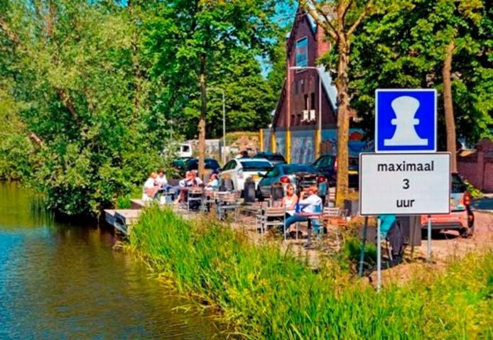 Borden 'formaat zeehaven' aan de Piushaven. Foto Jan van Eijndhoven