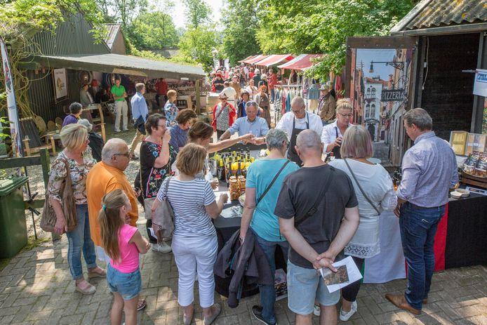 In 2018 was het nog gezellig druk tijdens de fair in de Zeeuwse Rozentuin in Kats. Een bedrijf uit Amsterdam wil de tuin nieuw leven inblazen en de activiteiten uitbreiden.