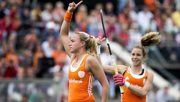 Maartje Paumen juicht na een van de Nederlandse treffers.