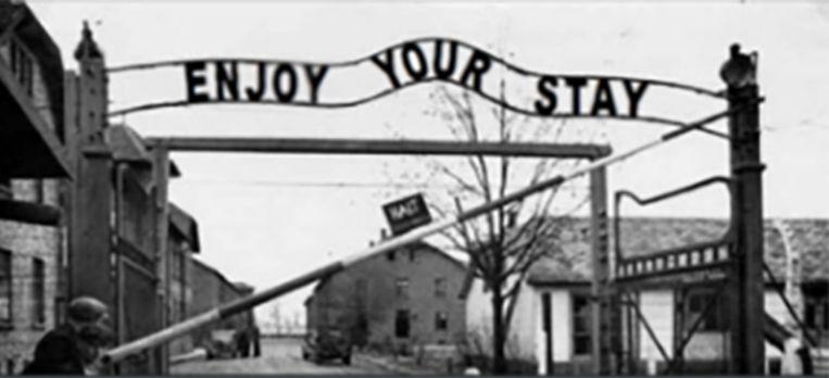 Foto van de ingang van concentratiekamp Auschwitz. Boven de poort zijn de woorden 'Enjoy your stay' geplaatst. In werkelijkheid stond er: 'Arbeit Macht Frei'. Deze meme werd gedeeld in de Discord-groep 'Ministerie van Miems'. Beeld