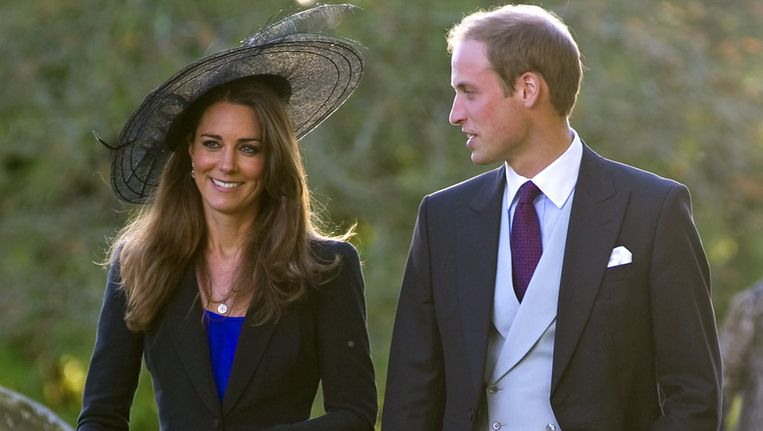 Kate met één van de twee hoeden en prins William aan haar zij