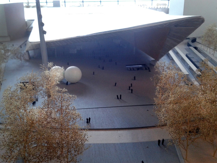 CS-architect Adriaan Geuze ziet de ballen het liefst meer aan de zijkant van het Stationsplein, zoals afgebeeld op deze maquette. Deze optie wordt nu bestudeerd.