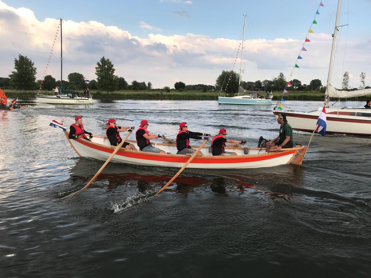 De roeiers van 'het Willem' bezig aan hun laatste meters op de Afgedamde Maas.