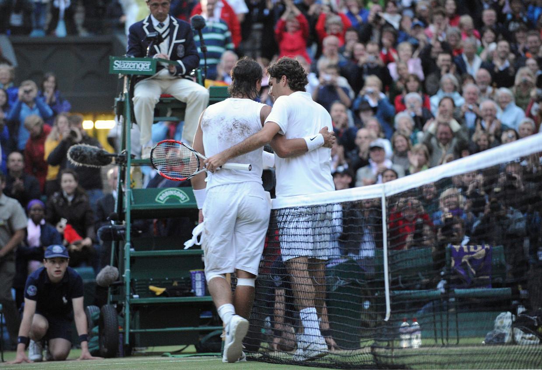Rafael Nadal (r) en Roger Federer betuigen elkaar respect na de Wimbledon-finale van 2008