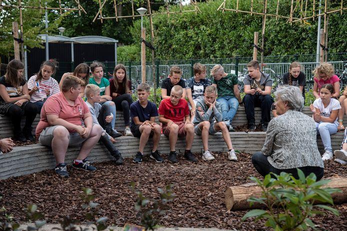 Wethouder Annelies Visser in gesprek met groep 8 van de Martinusschool.