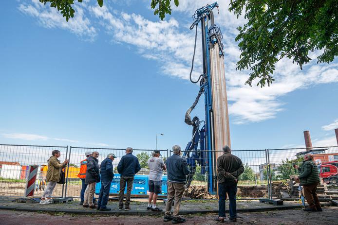 Een mijlpaal in het centrum van Zevenbergen vrijdagmorgen. De eerste damwandplank van de haven ging de grond in.