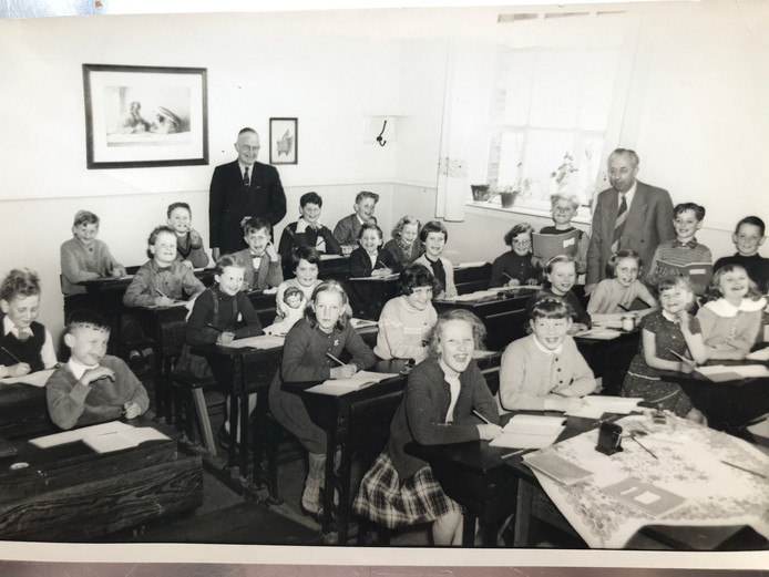 De kinderen uit de derde klas met schoolhoofd De Wit en onderwijzer Vredevelt.
