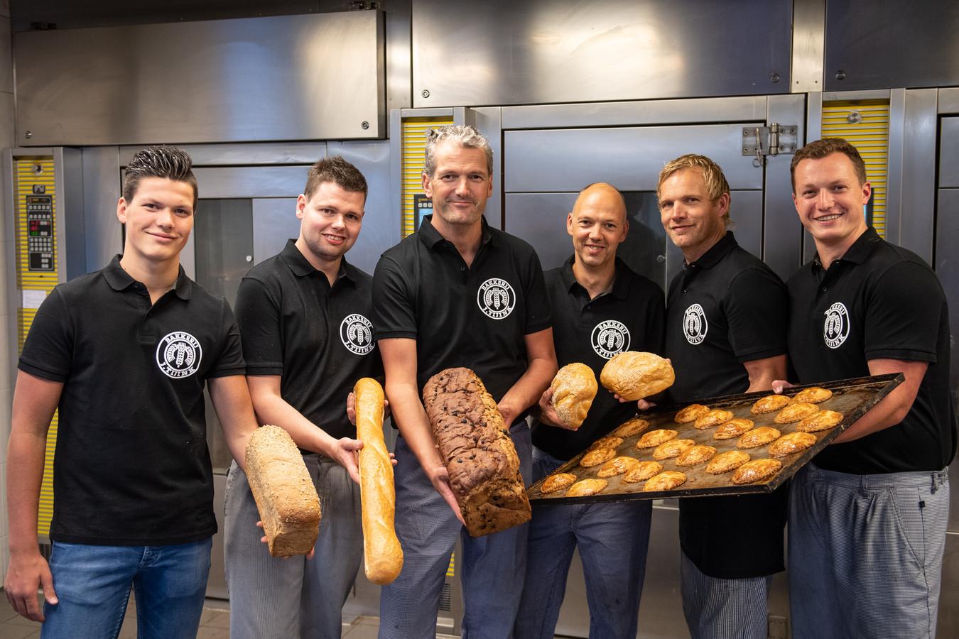 Zij hebben geen last van een beetje warmte: vanaf links Wouter Tijink, Ricardo Nijland, Jan Tijink, Ronald van den Hoek, Henry Borkent en Christian Tijink.