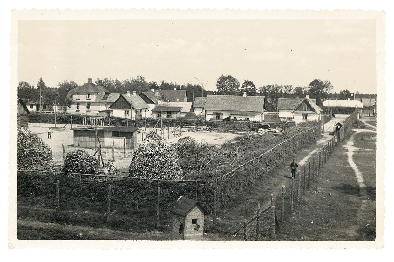 'Het kamp leek op een gewone boerderij, op het prikkeldraad na dat de barakken omheinde, in het midden van een prachtig groen bos', aldus Dov Freiberg, een Poolse Jood die met het eerste transport van 1942 in Sobibor aankwam. Beeld United States Holocaust Museum