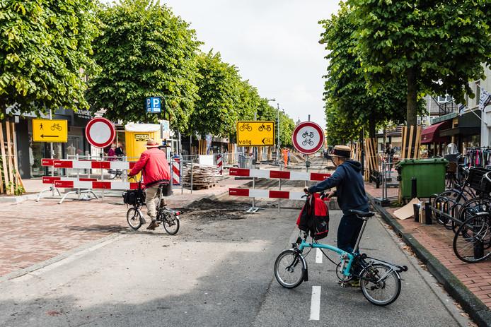 Op de Slotlaan wordt de asfaltlaag verwijderd om plaats te maken voor klinkers.