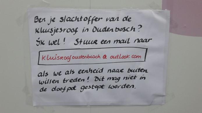 Op verschillende plekken in Oudenbosch hangen briefjes waarmee een gedupeerde van de kluiskraak medeslachtoffers oproept zich te melden.