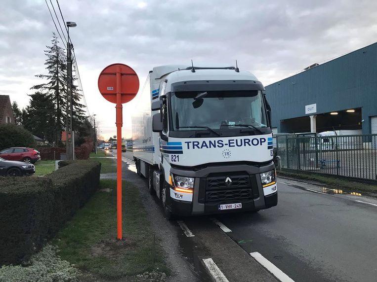 Een vrachtwagen staat geparkeerd op het fietspad in de Eigenlostraat, vlak voor het verkeersbord dat aangeeft dat er een parkeerverbod geldt.