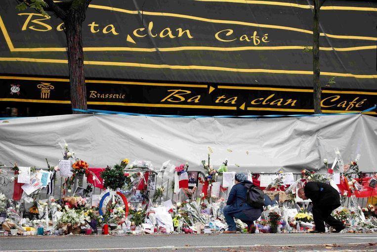 Bloemen bij Bataclan, na de aanslag op 13 november. Beeld reuters