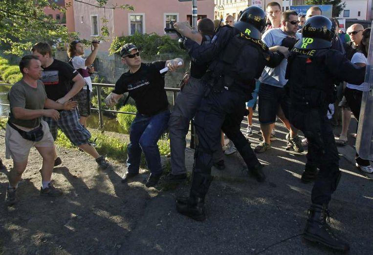 Rechtsradicalen in gevecht met de politie. Beeld reuters