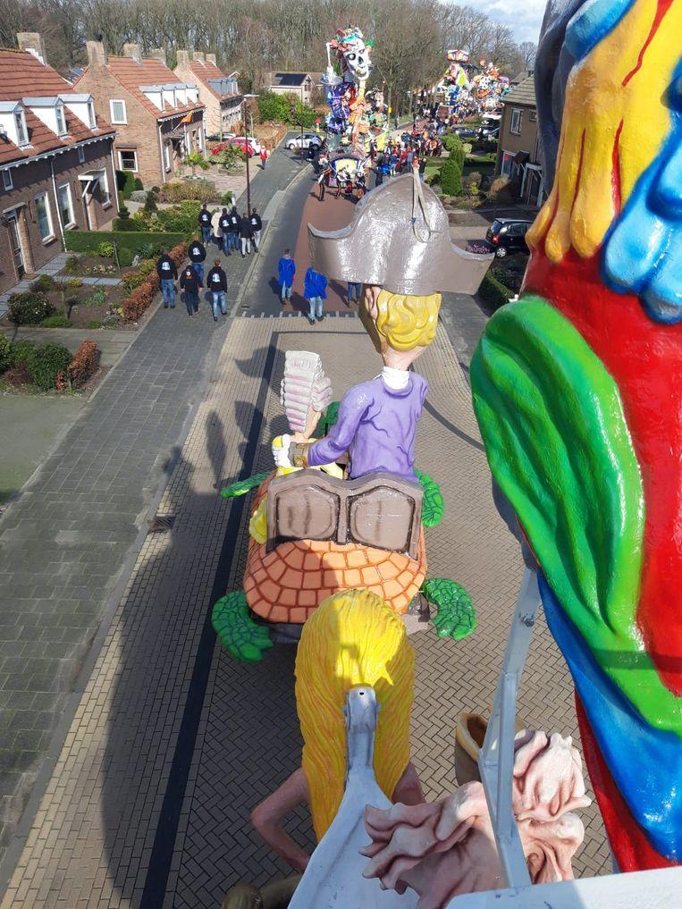 De prinsenwagen van carnavalsvereniging de Meekrap reed dinsdag door Peejenland (Hoeven). Beeld Remko Verstraten/Pliessie Kobus