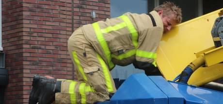 Brandweer Apeldoorn bevrijdt kat uit wel heel benarde positie