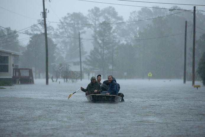 Met een bootje worden inwoners van New Bern in North Carolina in veiligheid gebracht.