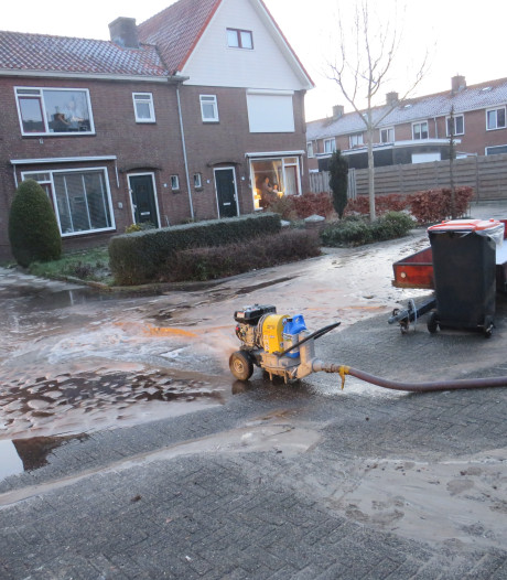 Gesprongen waterleiding zet straten blank in Barneveld