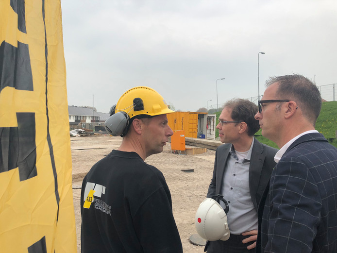 Wethouder Peter Hoek (midden) en Martijn van Sabben (algemeen directeur aannemer Fraanje) krijgen uitleg over de bouw van Kruittoren in Tholen.