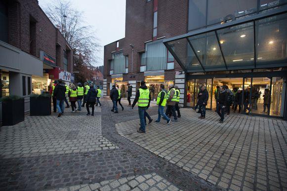 Zo'n 30 Gele Hesjes maken een vreedzame wandeling door de binnenstad om aandacht te vragen voor de grieven van de mensen: de te hoge dieselprijzen en het  alsmaar duurdere leven.