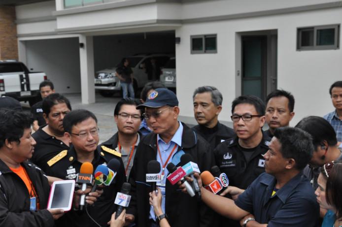 Een Thaise politiechef geeft de media uitleg over de inval bij de 'Dutch dopedealer' Johan van Laarhoven