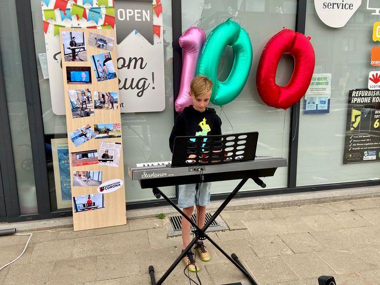 Milan achter zijn keyboard voor het allerlaatste coronaconcertje