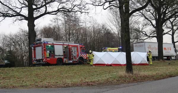 Automobilist overleden na frontale botsing met boom in Ruurlo.