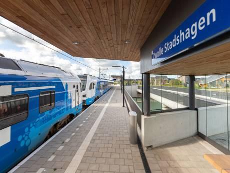 Het had wat voeten in (slappe) aarde, maar de trein stopt nu echt op station Zwolle Stadshagen