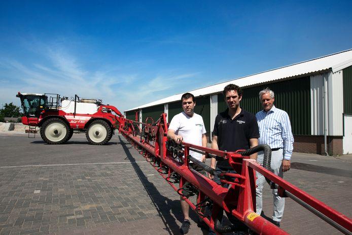 Frans Ploegmakers. Willem de Bruin en Peter de Witte (vlnr) bij een van de veldspuiten waarmee het Ripse bedrijf gewasbeschermingsmiddelen spuit.