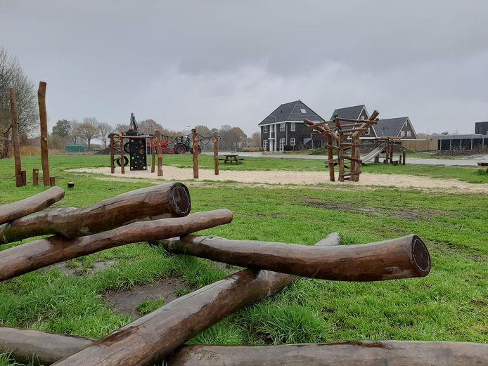 De eigentijdse speeltuin aan de Mittendorffwerf in Dedemsvaart ligt er in de regen mistroostig bij. Maar bij beter weer weten de kinderen uit de nieuwbouwwijk de speelplek goed te vinden.