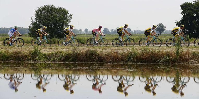 Steven Kruijswijk met zijn ploeg onderweg in de achttiende etappe van de Giro. Beeld afp