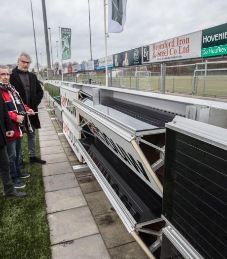 Zonnepanelen op reclameborden langs voetbalveld RKSV Nuenen