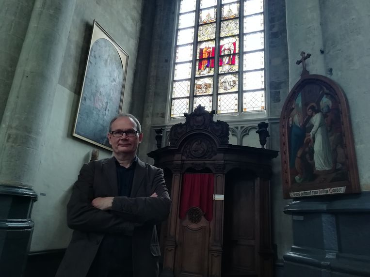 Michel Quetin op de plek in de kerk waar de ramen met de Heiligen Sulpitius en Dionysius zouden gehangen hebben.