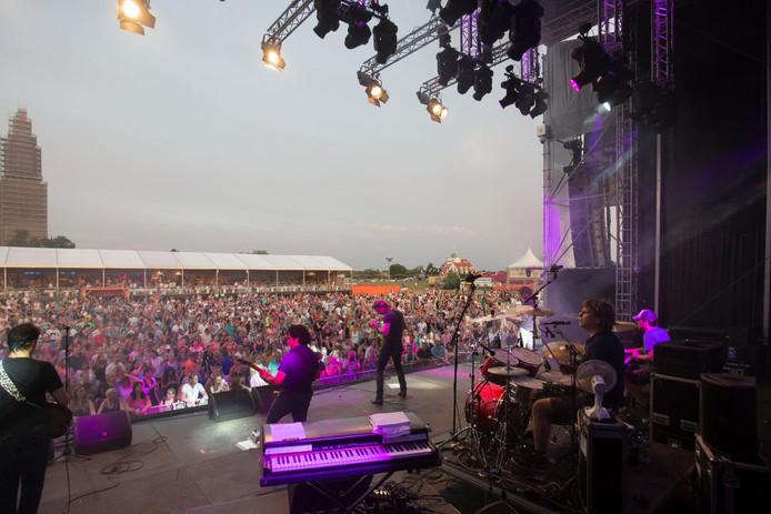 Duizenden bezoekers van de Rijnweek zien het optreden van de band Van Dik Hout in 2015.