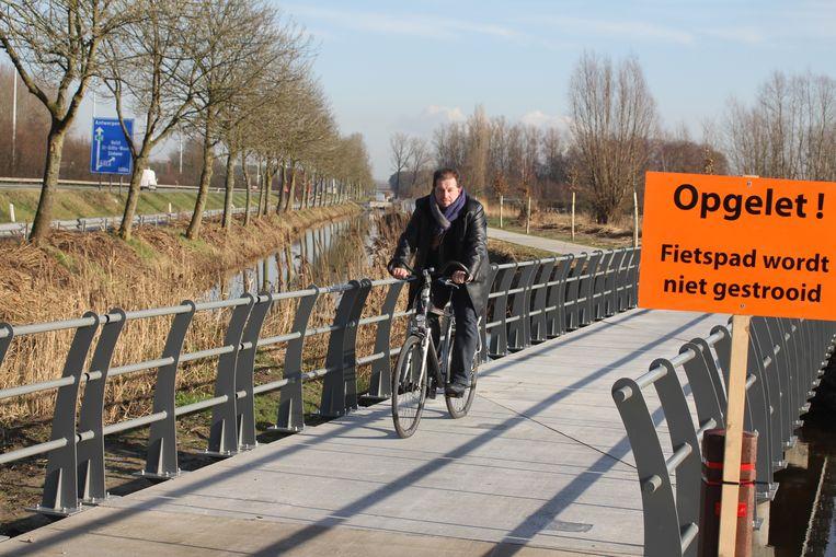 Archiefbeeld van schepen Kris Van Duyse aan een fietsverbinding in Stekene.