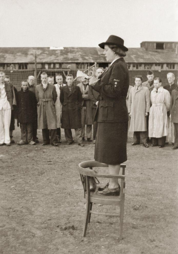 LEUSDEN, 19 APRIL 1945  Loes van Overeem is tijdens de Tweede Wereldoorlog als verpleegster werkzaam bij het Rode Kruis. Later wordt ze hoofd van de afdeling Speciale Hulpverlening. Omdat Van Overeem toegang heeft tot de bevelhebber van de SD en de Sicherheitspolizei Wilhelm Harster, mogen zij en haar man als enigen onder de vlag van het Rode Kruis kampen en gevangenissen bezoeken. Vanaf september 1944 richt zij zich volledig op Kamp Amersfoort. Ze is getroffen door wat zij daar aantreft: slecht behandelde gevangenen en een groot gebrek aan voedsel, kleding, medicijnen en hygiëne. Zij dringt bij kampcommandant Berg aan op een verbetering van de omstandigheden. Door haar doorzettingsvermogen wordt er een permanente post van het Rode Kruis in Kamp Amersfoort opgericht. Met het naderende einde van de oorlog in zicht dragen de Duitsers op 19 april 1945 het kamp over aan het Rode Kruis en slaan op de vlucht. Als nieuwe kampcommandante spreekt Van Overeem de gevangenen toe.