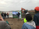Directeur Patrick Schreven van Eco+Bouw spreekt de Ecodorpers toe