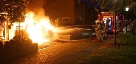 Auto in lichterlaaie op oprit van woning in Bunschoten