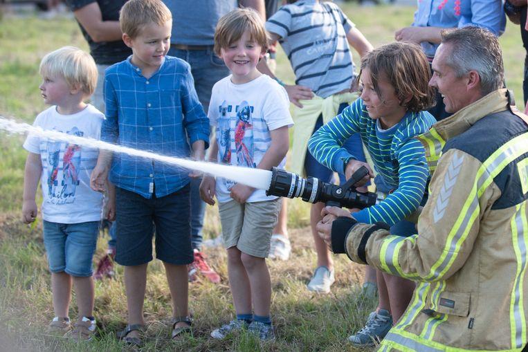 Altijd leuk voor de kindjes: zelf met de brandweerslang aan de slag.