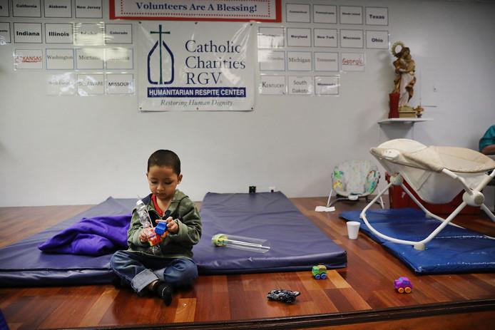 Een kind uit Honduras in een opvangcentrum nadat het de grens naar de VS overstak. Foto ter illustratie.