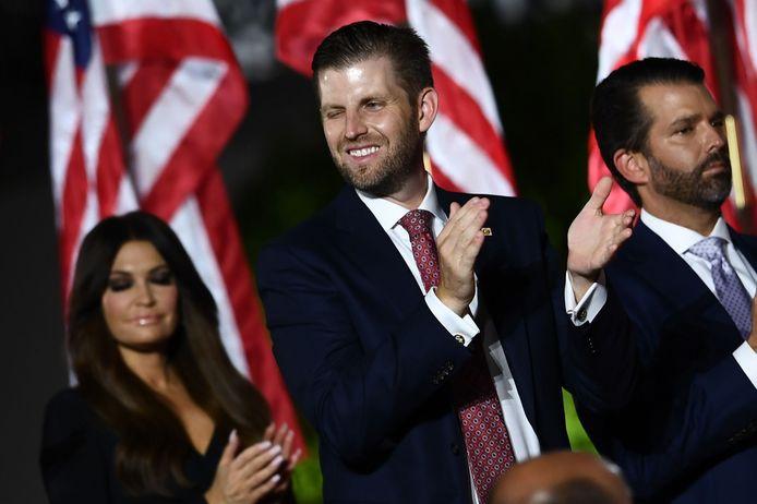 Eric Trump midden, met zijn broer Donald Trump Jr. (rechts) en Kimberly Guilfoyle, de vriendin van Donald Trump Jr.