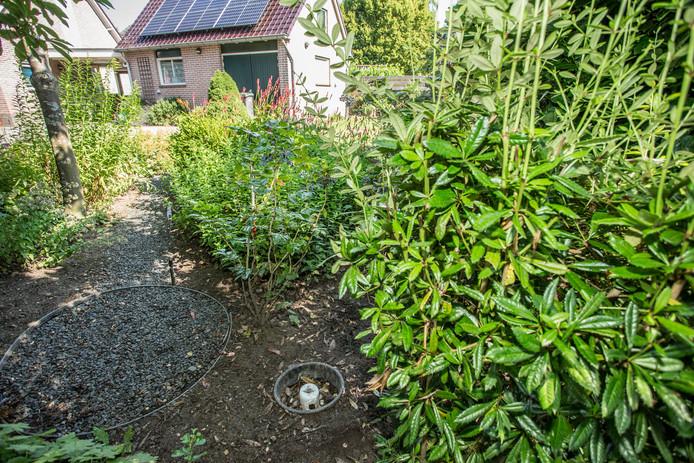 Het voelde voor Lochemer Rob Dekker niet goed om bij droogte zijn tuin te sproeien. Hij legde een slang in de grond en laat daar doorheen het water van de regenpijp naar de tuin lopen.