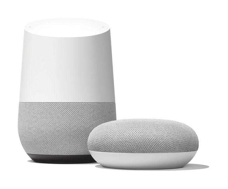 Google Home (links) en Google Home Mini Beeld Google