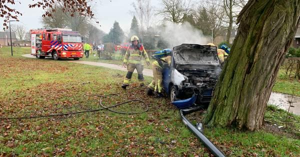 Ernstig ongeval Eefde: auto ramt lantaarnpalen en boom.
