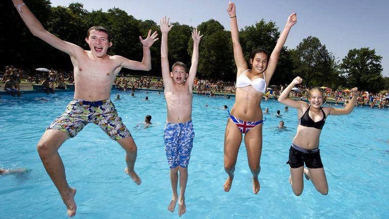 Kinderen springen in zwembad De Dousberg in Limburg. Beeld ANP